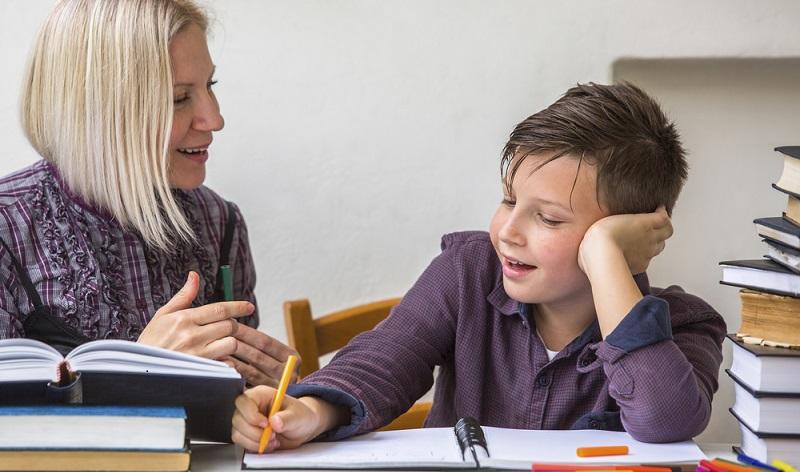 Schüler und Studenten nutzen häufig Nachhilfejobs, um nebenbei Geld zu verdienen.(#01)