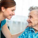 Pflegefachkraft: Mehr als nur Altenhelfer – Das bietet der Beruf