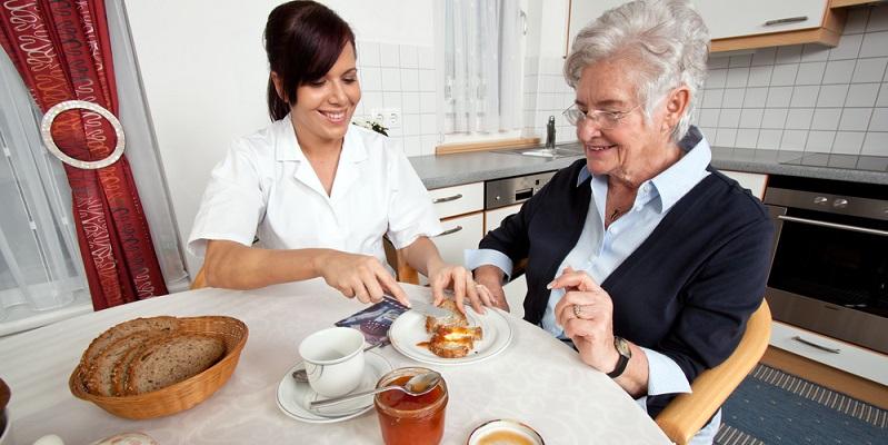 Pflegekräfte sind das Bindeglied zwischen Pflegeperson, Ärzten, Therapeuten und Angehörigen. Sie erfüllen gewissermaßen auch eine psychologische Funktion und bieten eine psychologische Betreuung an. (#03)