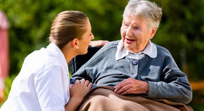 Pflegefachkräfte arbeiten in einem äußerst vielseitigen Beruf, der Abwechslung und die ständige Begegnung mit Menschen bietet. Der Berufszweig ist zukunftssicher, dennoch nicht überall ähnlich anerkannt wie beispielsweise ein Ingenieursberuf. (#05)