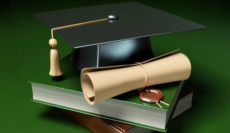 Bewerber müssen hier einen Hochschulabschluss nachweisen können, der sich zu mindestens einem Unterrichtsfach zuordnen lässt.(#02)