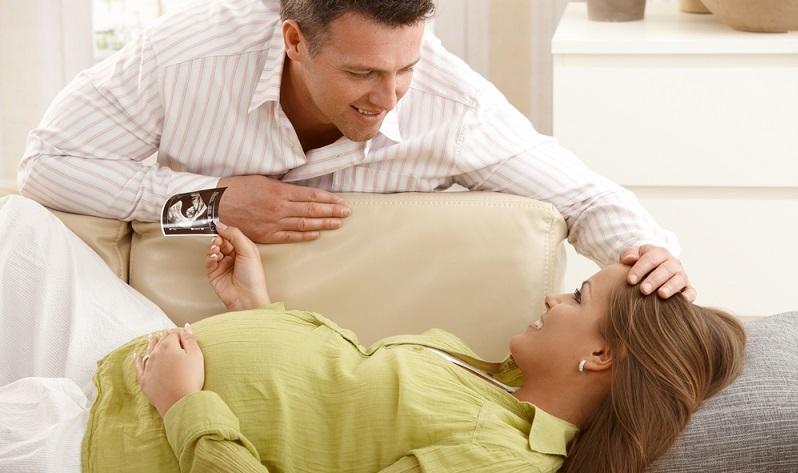 Ebenfalls eine statistische Tatsache: Späte Mütter bringen ihre Kinder deutlich häufiger per Kaiserschnitt zur Welt. Dieser Eingriff gehört inzwischen zum Standardprogramm einer Klinik, dennoch ist damit natürlich ein gewisses Risiko verbunden. (#02)