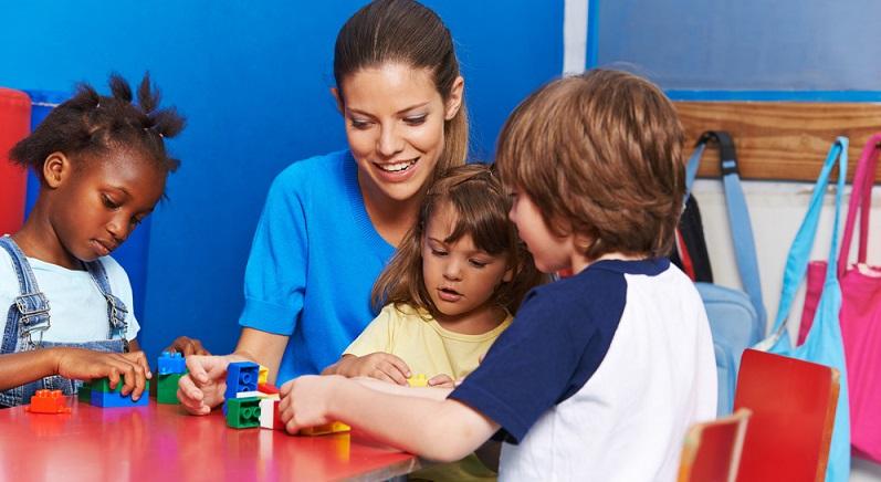 Kindergartenplätze sind häufig teuer oder mit langen Wartezeiten verbunden – und so kann es mitunter mit dem Wiedereinstieg nach der Babypause dauern. (#02)