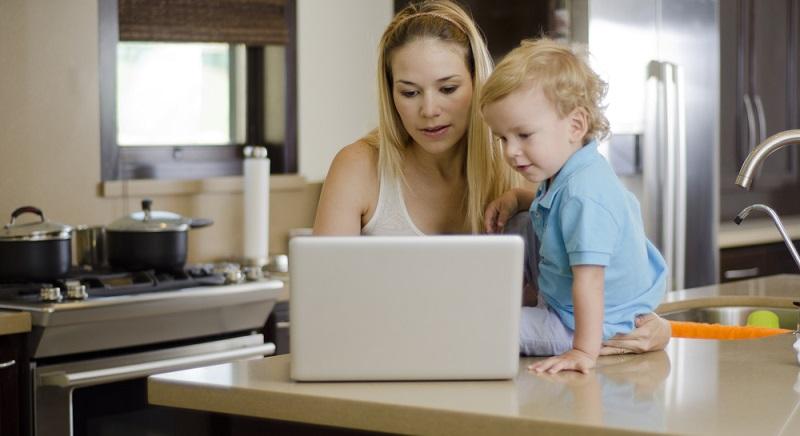 Die Elternzeit kann für junge Mütter auch die Chance sein, sich beruflich um oder neu zu orientieren. Wer nicht in den alten Job zurück möchte, kann die Babypause nutzen, um sich weiterzubilden oder anderweitig nach Stellen umzusehen. (#01)