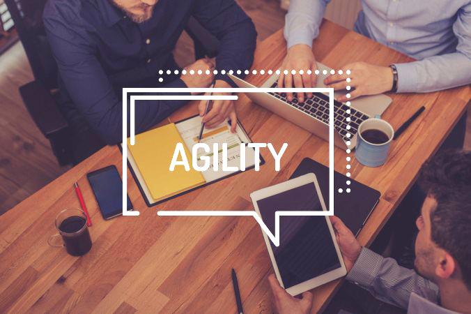 """Die Bedeutung von agiler Führung ist ganz einfach zusammengefasst: Das Adjektiv """"agil"""" bringt zum Ausdruck, dass das Management von Mitarbeitern, Projekten und Prozessen sehr dynamisch und flexibel erfolgen soll. Auch die Mitarbeiter selbst sollen dabei agil handeln. (#2)"""