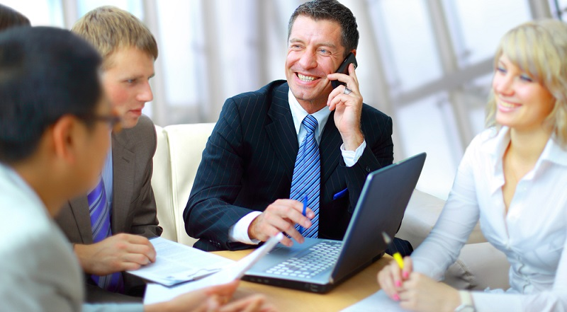 Wenn ein Arbeitnehmer über ein Firmenhandy verfügt, darf er dieses nur dann für private Zwecke nutzen, wenn es dafür eine ausdrückliche Genehmigung vom Chef gibt. (#01)