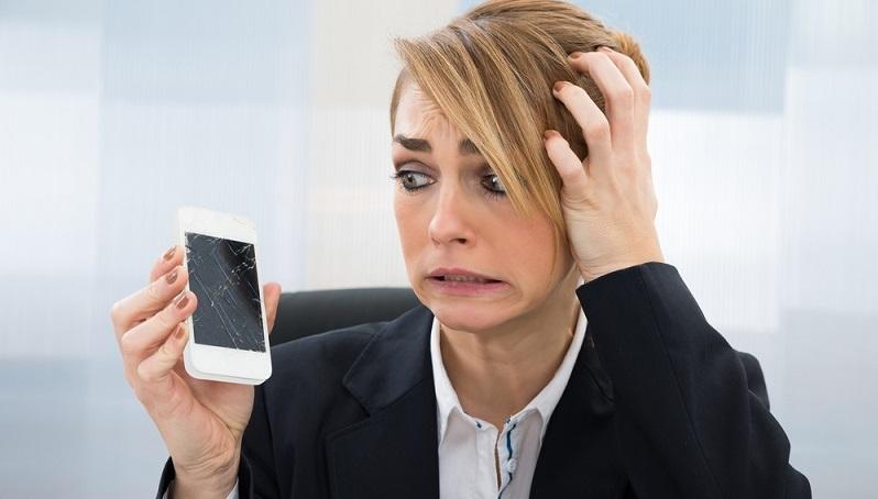 Das Handy kann versehentlich vom Tisch fallen oder trotz sicherer Aufbewahrung gestohlen werden. Wenn es sich um eine solche leichte Fahrlässigkeit handelt, müssen die Arbeitnehmer normalerweise nicht dafür haften. (#03)
