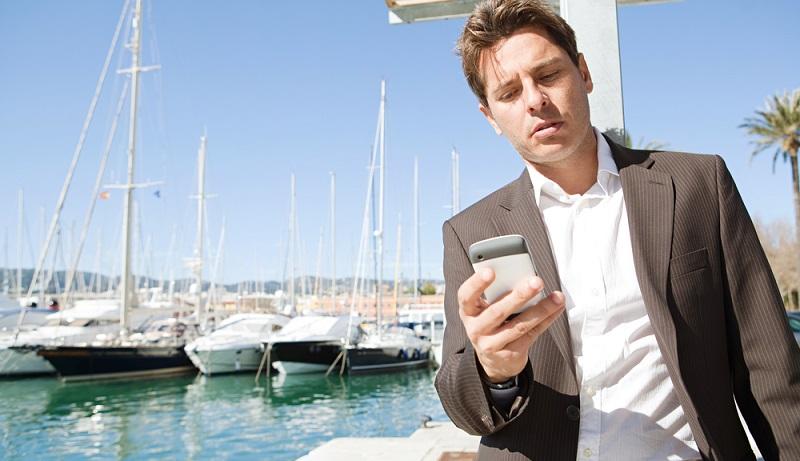 Wenn WhatsApp auf dem Diensthandy installiert wird, so werden automatisch alle Telefonnummern, die sich auf dem Smartphone befinden, an die Firma geleitet. (#04)