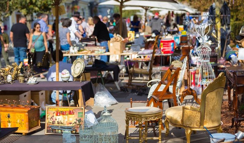 Geld verdienen mit der Veranstaltung von einem Trödelmarkt ist sehr beliebt. (#01)
