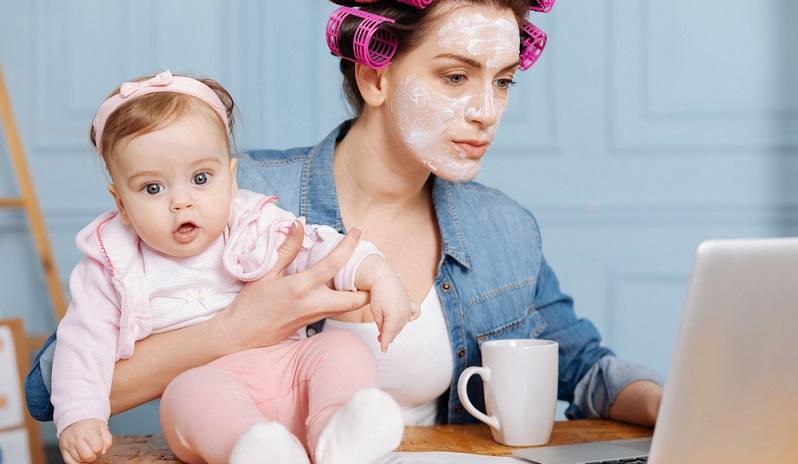 Seit dem Jahr 2015 gibt es eine neue Regelung bei der Elternzeit. Ab jetzt ist es Arbeitnehmern möglich, auch in der Elternzeit zu arbeiten – und zwar in Teilzeit. (#03)