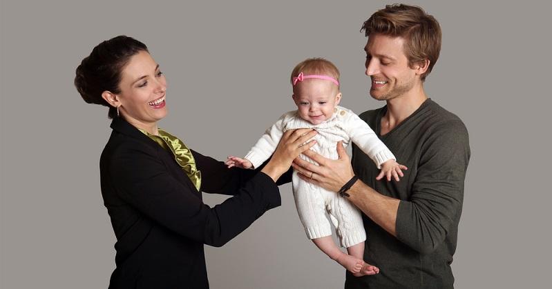 In Deutschland ist es immer noch so, dass zum Großteil die Frauen für mindestens ein Jahr in Elternzeit gehen, während sich die Väter häufig auf die zusätzlichen zwei Monate beschränken, die passender Weise daher auch als Vätermonate bezeichnet werden. (#02)