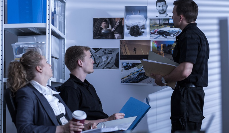 Detektive können sowohl von zu Hause aus, in einem eigenen Büro wie auch in einer Detektei tätig sein. In einer Detektei führen sie die Ermittlungen gemeinsam mit Kollegen durch. (#03)