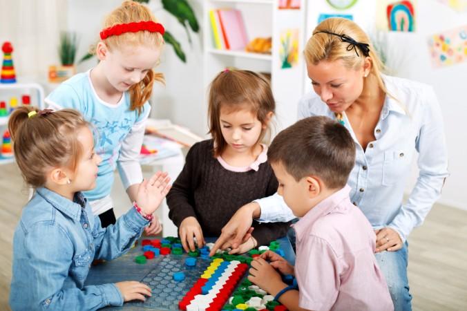 """Ein weiterer erfolgreicher Weg, das Lernen zu lernen ist das sogenannte """"spielerische Lernen"""". Hier werden die Aufgaben durch Lernspiele gelöst. Ganz egal, ob Schreiben, Fremdsprachen oder Rechnen, es gibt mittlerweile für alle Lerninhalte die passenden Lernspiele. (#3)"""