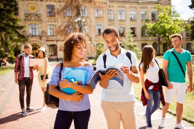 Beim Medizinstudium in den USA muss man aber nicht nur die Studiengebühren im Blick behalten. Auch die Lebensunterhaltungskosten auf dem Campus sind nicht zu unterschätzen. Hier sind besonders die hohen Mieten im Wohnheim miteinzukalkulieren. (#3)