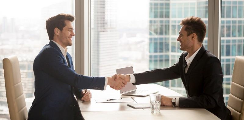 Sind Sie in einem Angestelltenverhältnis tätig und bauen sich nebenbei eine Selbstständigkeit auf, so müssen Sie Ihren Arbeitgeber darüber informieren. (#02)