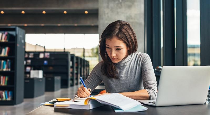 Das Zeitmanagement stellt für Studienanfänger eine der größten Herausforderungen dar. Während sie in der Schulzeit einen festen Stundenplan und Hausaufgaben hatten, müssen sie sich im Studium eigenständig organisieren. (#01)