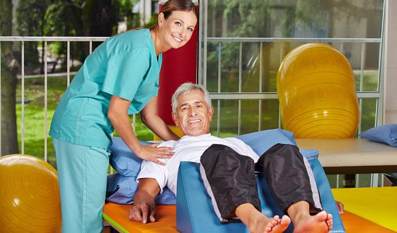 Ausbildung Fitness: Nach erfolgreicher Ausbildung und dem Erwerb einer Lizenz eröffnen sich verschiedene Beschäftigungsmöglichkeiten zum Beispiel in einem Rehabilitationszentrum. (#03)
