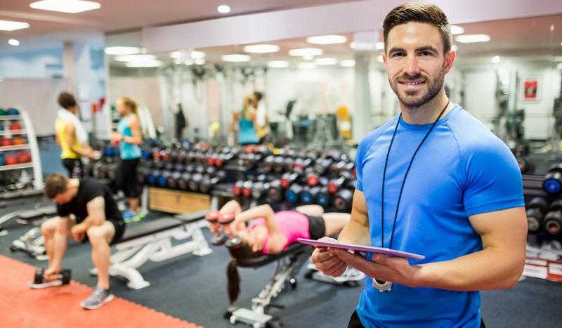 Ausbildung Fitness: In einem Fitnessstudio übernimmt der Trainer auch kaufmännische Aufgaben, denn er ist dort meist für den Abschluss der Verträge und das Akquirieren von neuen Kunden verantwortlich. (#04)
