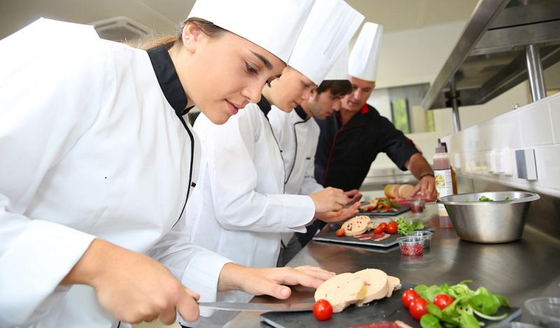 Wird ein Fachwirt für den Ausbildungsberuf angeboten, ist man nach dem Abschluss dessen auf dem Ausbildungsniveau eines Bachelor-Absolventen, eine weitere Option für IHK Studienabbrecher. (#04)