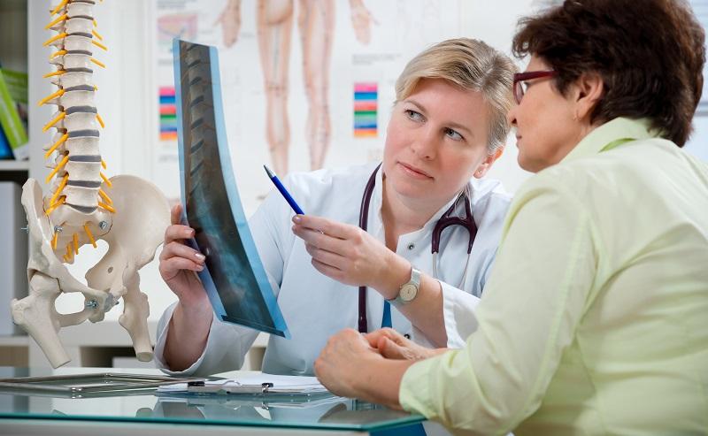 Ein Orthopäde führt eine gründlichere Untersuchung durch und stellt fest, wie gefährlich die Rückenschmerzen sind und welche Ursache sie haben. (#08)