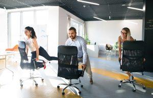 Noch effektiver als ein Spaziergang ist eine kleine Sitzgymnastik im Büro. (#04)
