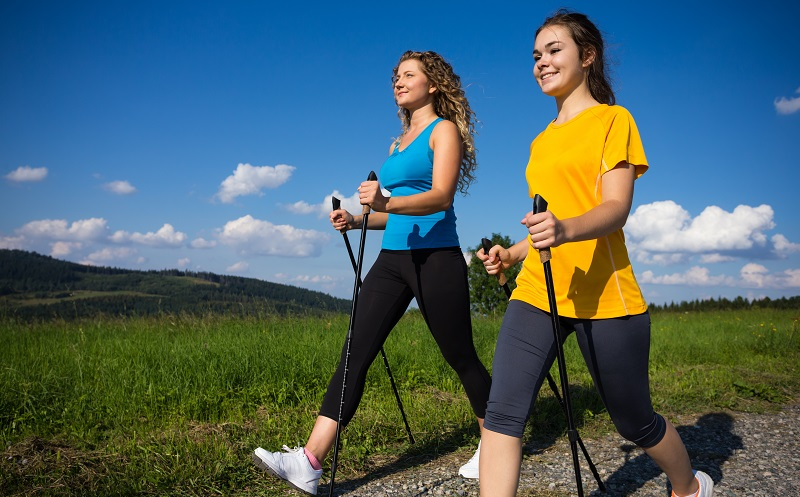 Beim Nordic Walking werden viele Muskeln beansprucht, ohne dass Füße und Bandscheiben zu sehr leiden. (#05)