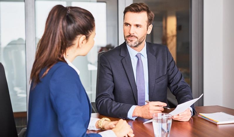 Die schriftliche Bewerbung wurde akzeptiert, nun sitzt man dem potenziellen Arbeitgeber gegenüber und muss auf seine Fragen die richtigen Antworten finden. (#01)