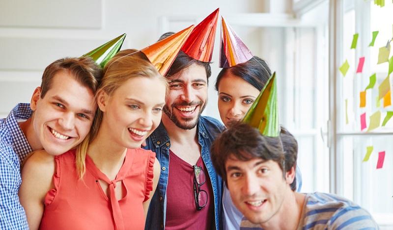 Auch wenn es in den Karnevalshochburgen im Rheinland und in Bayern so wirken mag: Fasching sind keine Feiertage. Rosenmontag und die anderen Faschingstage sind reguläre Arbeitstage. (#02)