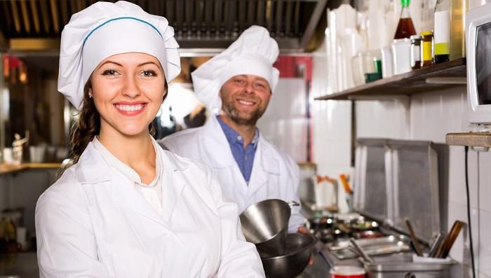 Wer sich für einen Ausbildungsberuf in der Gastronomie oder im Hotelgewerbe entscheidet, für den steht das Wohl des Gasts bzw. Kunden an erster Stelle. (#05)