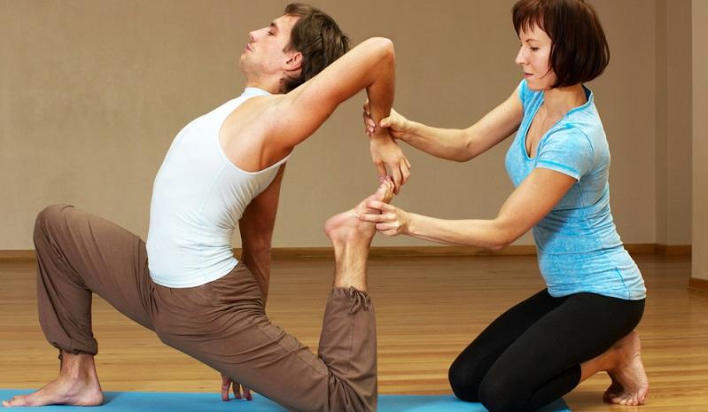 Für eine Yoga Ausbildung ist es nie zu spät: Sowohl jüngere Menschen als auch Personen im fortgeschrittenen Alter erfüllen die Voraussetzungen zum Yogalehrer. (#01)