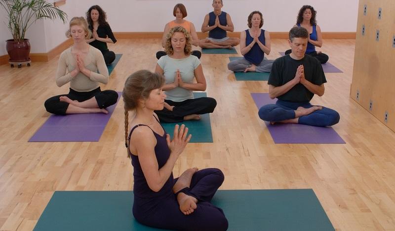 Viele Möglichkeiten am Ende der Ausbildung: Yogalehrer können nebenberuflich, festangestellt oder selbständig mit eigener Praxis tätig sein. (#02)