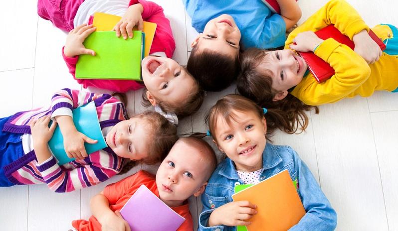 Was uns Erwachsenen als Zumutung erscheint, ist für die Kinder in der Regel kein Problem. Sie lernen nie wieder so schnell und problemlos eine Sprache wie im jüngsten Kindesalter. (#01)