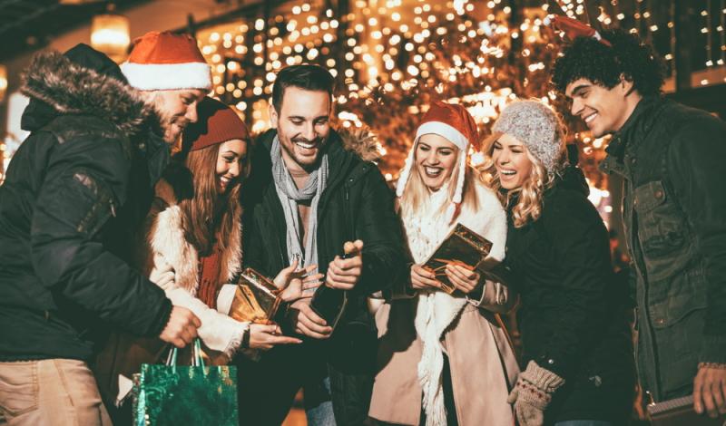 Wenn es darum geht, sich lustige Spiele für die Weihnachtsfeier mit Kollegen auszudenken, sind der Phantasie keine Grenzen gesetzt. (#01)