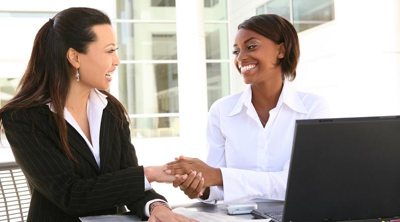 Für eine Bewerbung nach China zählt der persönliche Kontakt. Diesen kann man am besten bei einem Praktikum in einer internationalen Firma, die mit China arbeitet, oder auf einer Jobmesse etablieren. (#03)