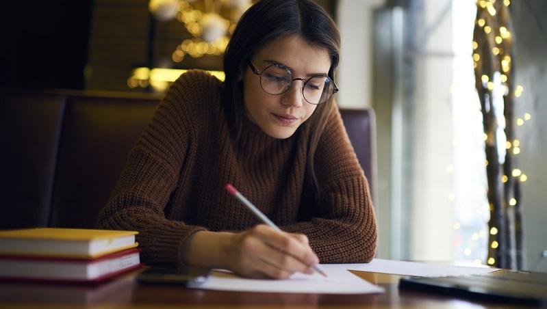 Am besten ist es, ein professionelles Lektorat zum Korrekturlesen der Bewerbung in Anspruch zu nehmen. (#02)