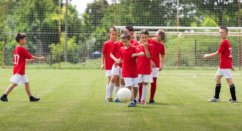 Die Talente, die es bis ganz an die Spitze schaffen, können Spielsituationen blitzschnell einschätzen und treffen auf dem Platz unter Druck die richtigen Entscheidungen. (#03)