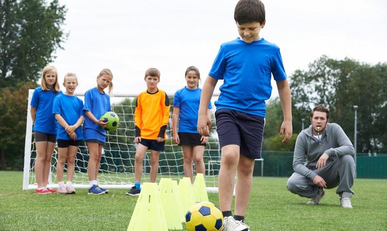 Die meisten jungen Talente beginnen ihre Laufbahn im Heimatverein und kicken dort bereits mit sechs oder sieben Jahren zwei- bis dreimal pro Woche. (#01)