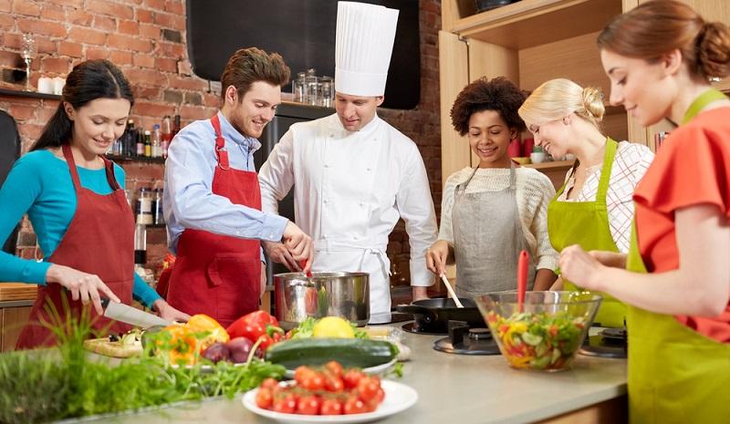 Beim gemeinsamen Kochkurs als Teamevent haben alle Teilnehmer Spaß miteinander und können sich am Ende des Events das zusammen hergestellte Essen schmecken lassen. (#01)