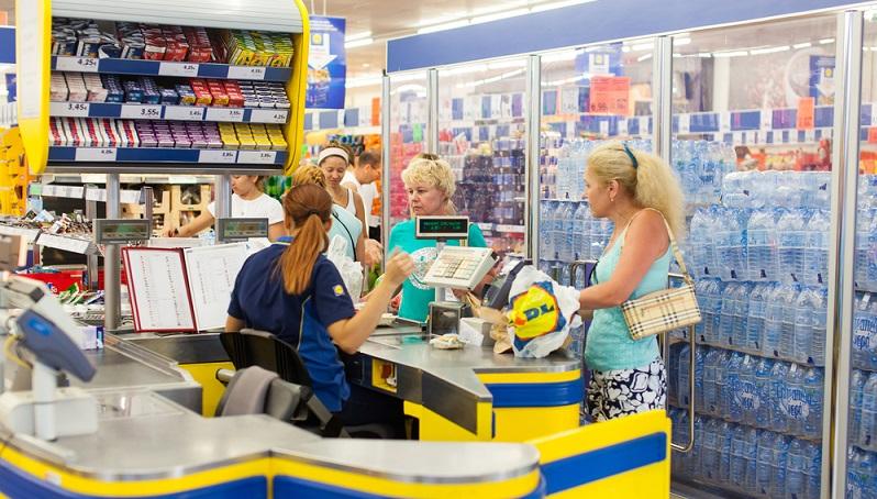 In kleineren Unternehmen wird häufig sehr viel weniger gezahlt. Dafür bieten sie nicht selten die interessanteren Branchen und Tätigkeiten, die beim Discounter-Einzelhandel in der Regel standardisiert sind. (#05)
