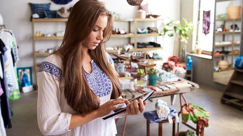 Die Bezüge im Einzelhandel ist in den Ballungsräumen und größeren Städten in der Regel ausreichend. Problematisch wird es auf dem Land, wenn der Auszubildende für seinen Traumberuf Kaufmann bzw. Kauffrau im Einzelhandel lange Wegstrecken bewältigen muss. (#04)