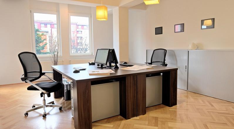 Es ist nicht nur sinnvoll, das Wartezimmer mit rückenschonenden Stühlen auszustatten, sondern auch entsprechende Sitzgelegenheiten für die Mitarbeiter anzuschaffen. Auch diese verbringen viel Zeit im Sitzen. (#04)