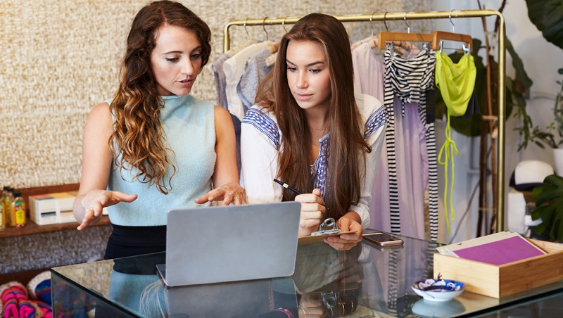 Nicht jedem liegt der Umgang mit Menschen im Berufsalltag, insbesondere der Kundenkontakt. Das sollte man schon bei der Bewerbung für eine Ausbildungsstelle als Einzelhandelskaufmann bzw. -frau bedenken. (#01)
