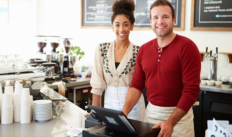 Das Berufsbild des Einzelhandelskaufmanns ist so vielseitig wie kaum ein anderes. Die vielen unterschiedlichen Branchen bringen eine große Bandbreite an möglichen Tätigkeitsfeldern mit sich. (#04)