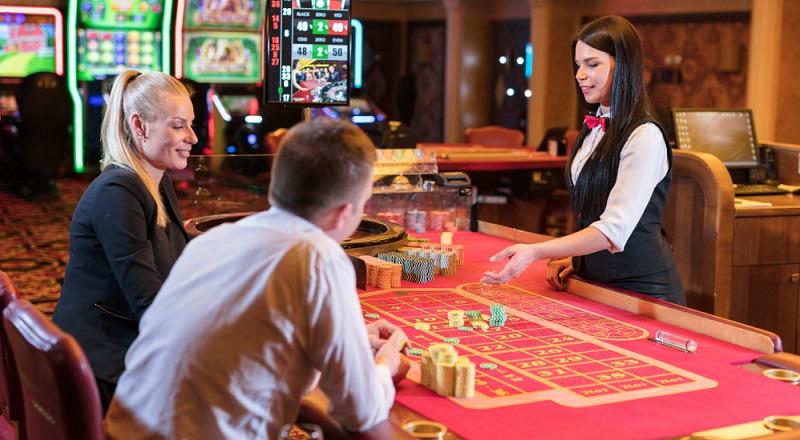 Meist wird der Casino-Dealer als Poker-Dealer im Spielcasino tätig werden und muss den Tisch entsprechend vorbereiten.