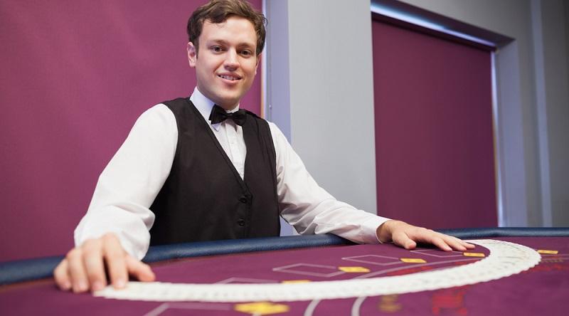 Casinos bilden in der Regel nicht zum Casino-Dealer aus, sondern lassen ihre Interessenten eine Ausbildung zum Croupier durchlaufen. (#03)