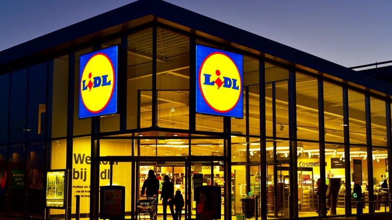 In Supermärkten und Discountern müssen Einzelhandelskauffrau und -kaufmann in der Regel eine weitaus größere Zahl an einzelnen Produkten kennen.(#03)