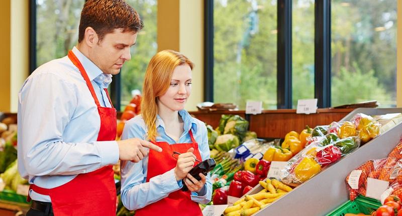 Bei einigen Berufen, und dazu gehört der Einzelhandelskaufmann bzw. die -kauffrau, müssen unter Umständen bestimmte andere Voraussetzungen erfüllt werden, um in speziellen Bereichen tätig zu sein. So müssen Kaufmänner und Kauffrauen im Lebensmittelbereich ein ärztliches Gesundheitszeugnis vorlegen. (#01)