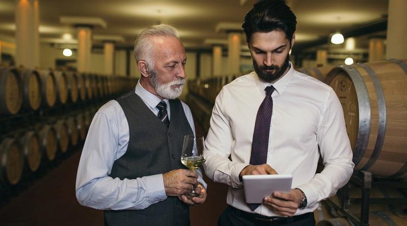 Kann man auch im Jahre 2030 und darüber hinaus noch vom Job eines Weinkellners leben? Wie in vielen anderen Berufen bleibt auch hier der beliebte Tipp an Arbeitnehmer: Dranbleiben und niemals den Anschluss verlieren. (#03