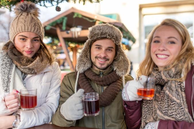 Schon mal was von einem mobilen Weihnachtsmarkt gehört? Eine tolle Idee für eine lustige Weihnachtsfeier: Hier kommt die Hütten Party direkt zum Firmengebäude und man kann vor Ort Glühwein und leckere Crepes und Würstchen genießen. (#5