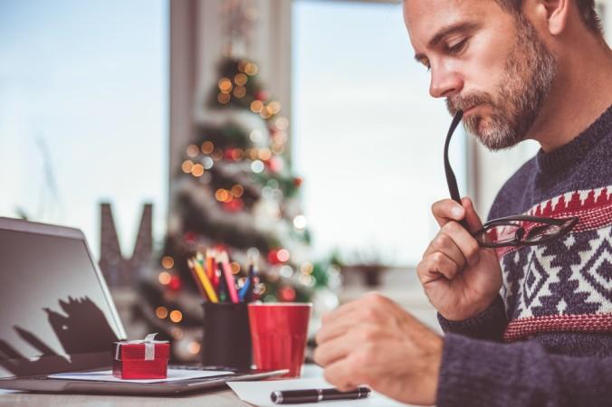 Beginnen Sie frühzeitig damit, die passenden und individuellen Formulierungen für die Weihnachtsgrüße zu finden. Ein paar Tipps, Sprüche und Bespiele finden Sie hier im Artikel. (#3)